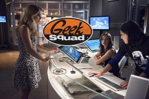 "The Flash -- ""Going Rogue"" -- Image FLA104A_0357b -- Pictured (L-R): Emily Bett Rickards as Felicity Smoak, Danielle Panabaker as Caitlin Snow, and Carlos Valdes as Cisco Ramon -- Photo: Cate Cameron/The CW -- © 2014 The CW Network, LLC. All rights reserved."